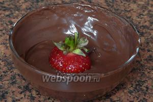 Тёмный шоколад топим — я использую режим «Разморозка» в микроволновке. Или топите шоколад на водяной бане. Обмакиваем в шоколад каждую ягодку, придерживая её за хвостик.