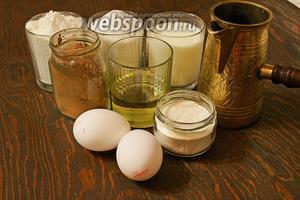 Для шоколадного бисквита на кипятке, потребуется: мука, какао, яйца, сахар, масло, молоко, кипяток, разрыхлители.