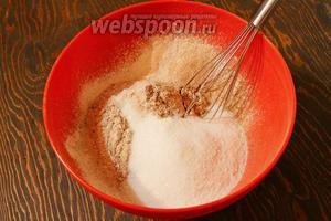 Смешать и просеять сухие ингредиенты, добавить сахар, перемешать.