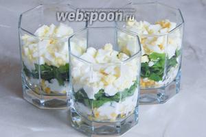 Нарубленные яйца — третий слой.