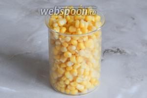 Сразу ставим вариться яйца (10 минут после закипания), а, тем временем, сливаем с кукурузы всю жидкость.
