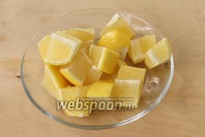 Лимон вымыть щёткой, затем нарезать на крупные дольки, удалить косточки и измельчить в блендере( можно протереть через тёрку). Если у вас лимон с толстой кожицей, то натереть цедру на тёрке, удалить белую часть, а мякоть измельчить.