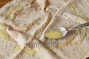 Поливаем соусом лаваш, затем кисточкой обмазываем его по всей поверхности. Сверху положить ещё один лаваш, вновь обмазать его обильно соусом.