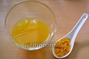 С апельсина снять цедру. Сок выдавить и процедить. Сок влейте в кастрюлю, а цедру будем класть в самом конце.