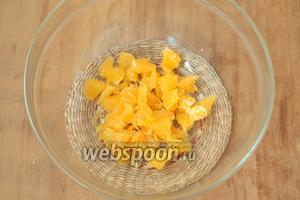 Апельсин очистить, освободить от плёночек и поломать руками на кусочки.