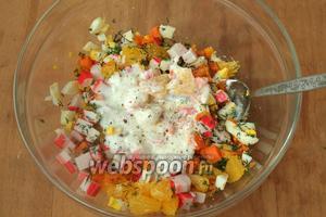 Салат поперчить и посолить, заправить йогуртом или майонезом. Перемешать. Подавать сразу. Приятного аппетита!