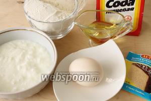 Для хлебных булочек понадобятся мука, яйцо, разрыхлитель и сода, растительное масло, кефир или простокваша.