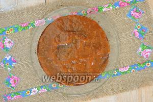 Горячим абрикосовым вареньем покрыть корж. Весь торт сверху и бока покрыть абриковсовым вареньем.