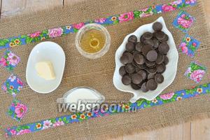 Для глазури понадобится шоколад горький, молоко, масло и немного коньяка.