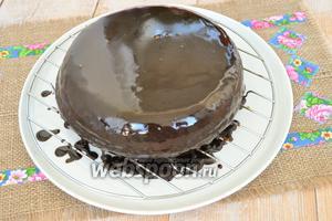 Покрыть торт глазурью.