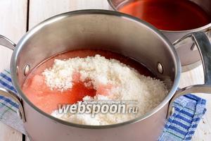 Соединить клубничную воду и сахар.