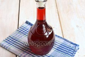 Разлить по бутылкам и хорошо закупорить. Ликёр из клубники готов.