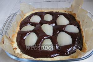 Готовый пирог освобождаем от фасоли, даём немного остыть и заливаем шоколадом, И кладём груши, утапливая их. Ставим в холодильник. Приятного аппетита!
