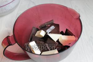 Шоколад смешаем с маслом, сливками. Поставим в микроволновку, растопим.
