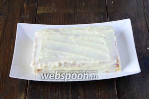 Последний корж, хорошо смазываем кремом, также хорошо смазываем кремом боковые стороны торта.