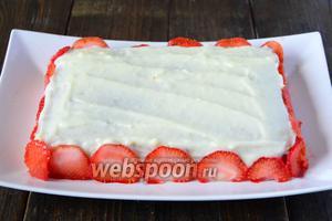 Боковые стороны торта, украшаем пластинами клубники.