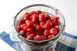 Клубнику хорошо промыть и удалить чашелистики, дать стечь воде.