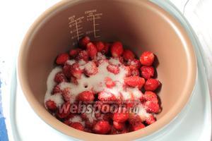 Ягоды положить в чашу мультиварки, туда же засыпать сахар.