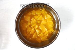 Затем ароматный сироп процедить, добавляем мякоть и сок апельсина, перемешиваем.