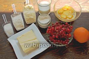 Для кукурузного кекса, понадобится: мука пшеничная, кукурузная (мелкого помола), сахар (мелкий), желтки (5 шт.), яйцо, молоко, разрыхлитель, цедра апельсина, масло (мягкое), ягоды. Все продукты, должны быть комнатной температуры.