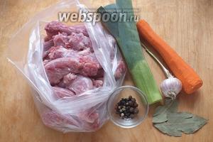 Подготовьте необходимые ингредиенты: свежие куриные шейки, лук-порей (зелёная и светло-зелёная часть), морковь, лавровый лист, смесь перцев. Я обычно не солю бульоны потому, что при дальнейшем использовании их в соусах или рагу проще избежать пересола.