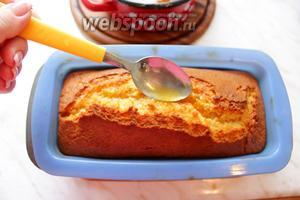 Сразу поливаем его горячим сиропом. Оставить кекс в форме до полного остывания. Цедрой апельсина из сиропа украсила кекс, получились как цукаты. Я не использовала весь сироп (половину), оставшуюся половину убрала в холодильник.