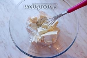 Мягкое сливочное масло взбить с 50 г сахарной пудры.