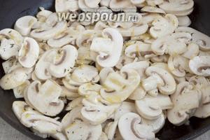 Выложить полученную смесь на грибы. Посолить. Аккуратно перемешать. Разровнять.