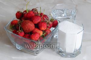 Для приготовления клубничного компота нам будут нужны три ингредиента: вода, клубника и сахар.