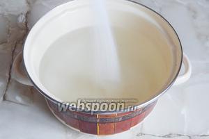 Ставим закипать воду, в которую сразу добавляем сахар.