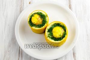 Выложить цукини на тарелку. Подавать к завтраку можно на листьях салата с тостами.