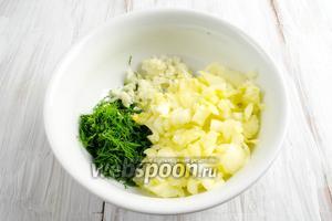 Чеснок мелко нарубить, укроп (половину пучка) измельчить, мякоть цукини мелко нарезать.