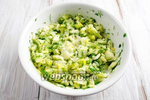 Овощную массу перемешать. Добавить щепотку соли и сливки (можно заменить на 1 ч.л. оливкового масла).