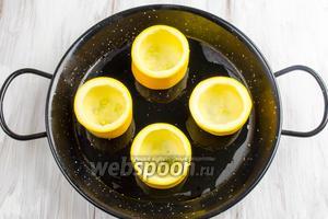 В форму для запекания на дно налить оливкового масла. Поставить подготовленные «бочонки» цукини.