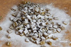 Готовые цукаты не влажные, но они мягкие и пластичные. Пересыпаем их сахарной пудрой (можно просто сахарным песком) и храним при комнатной температуре.