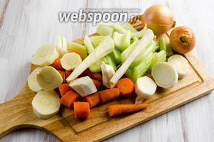 Лук вымыть, оставить в шелухе. Корни и морковь почистить, вымыть, нарезать крупными долями. Стебли сельдерея вымыть, нарезать крупными кусками.