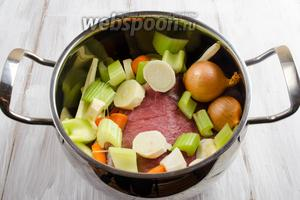 Мясо вымыть, обсушить, выложить на дно кастрюли. Сверху мяса выложить подготовленные овощи.