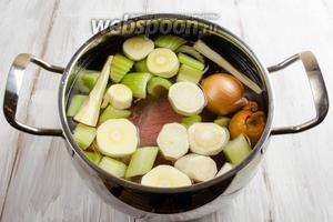 Залить содержимое кастрюли холодной водой. Поставить на плиту на средний огонь.