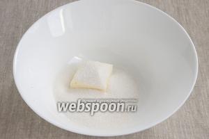 Мягкое масло соединить в миске с сахаром. Можно добавить немного ванильного сахара. Взбить.