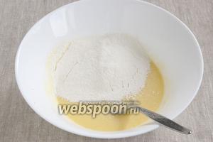 Добавить лимонный сок, перемешать. Муку соединить с мелкой солью, разрыхлителем, просеять в миску с тестом. Перемешать.