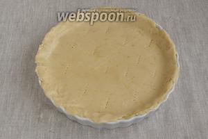 Также при помощи плёнки раскатать и перенести вторую половину теста, закрывая пирог сверху. Остатки удалить. Наколоть пирог сверху вилкой. Выпекать при 180 °С около 30-40 минут.