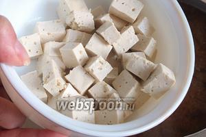 Добавьте нарезанный кубиками тофу. Перемешайте. Доведите суп до кипения и тут же выключите. Накройте крышкой и дайте настояться 5 минут. После добавления мисо, кипятить суп нельзя, иначе паста свернётся.