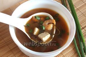 Разлейте суп в тарелки, добавьте колечки зелёного лука и подавайте к столу. Вкусный, сытный и полезный японский суп готов! Приятного аппетита!