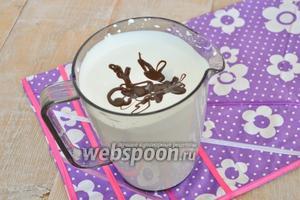 Соединить сливки с шоколадной массой.