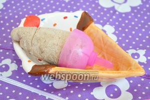 Когда мороженое готово, вынуть его из форм. Можно для этого опустить формы в ёмкость с горячей водой на минуту. Подавать сразу!