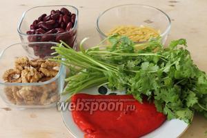 Для салата нужны: фасоль красная, перец сладкий маринованный, кинза, орехи, лапша, соль.