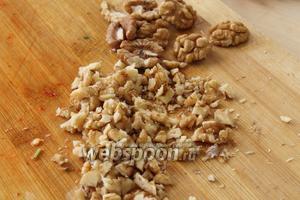Орехи порубить не очень крупно.