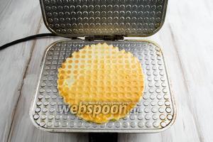 Вафля готова. Готовую вафлю аккуратно с помощью ножа снять на тарелку. Складывать остывать готовые вафли  по одной.