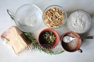 Для приготовление нам понадобится; мука ржаная, овсяные хлопья, сливочное масло, розмарин, вода ледяная, тыквенные семечки, сахар, соль, сода.