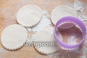 Немного раскатайте половину теста и вырежьте 8 круглых заготовок, диаметром чуть шире, чем кружочки ананаса.